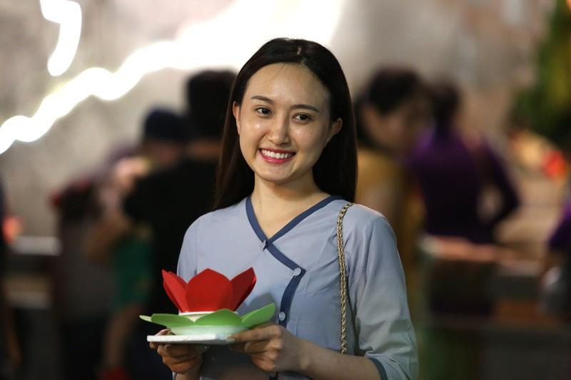Biển người chen nhau thả hoa đăng Vu lan ở Sài Gòn - ảnh 4
