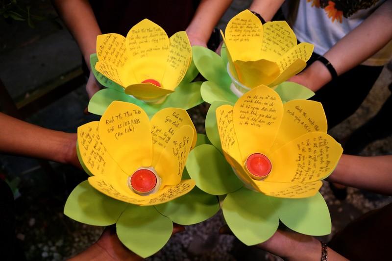 Biển người chen nhau thả hoa đăng Vu lan ở Sài Gòn - ảnh 5