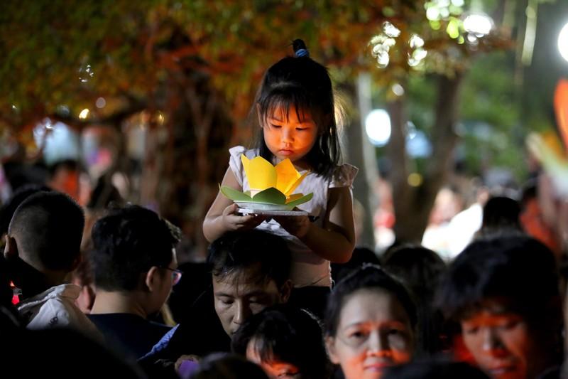 Biển người chen nhau thả hoa đăng Vu lan ở Sài Gòn - ảnh 8