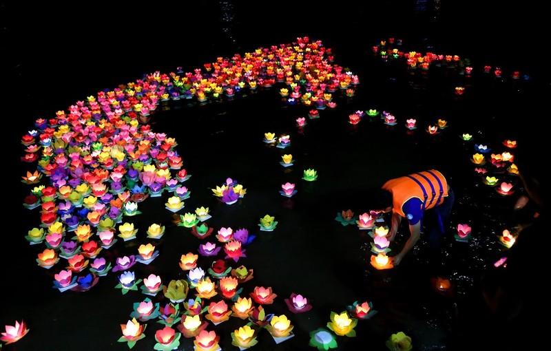 Biển người chen nhau thả hoa đăng Vu lan ở Sài Gòn - ảnh 9