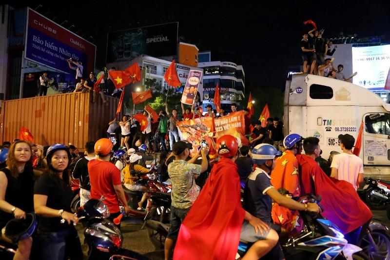 Biển người ăn mừng chiến thắng của Olympic VN - ảnh 12