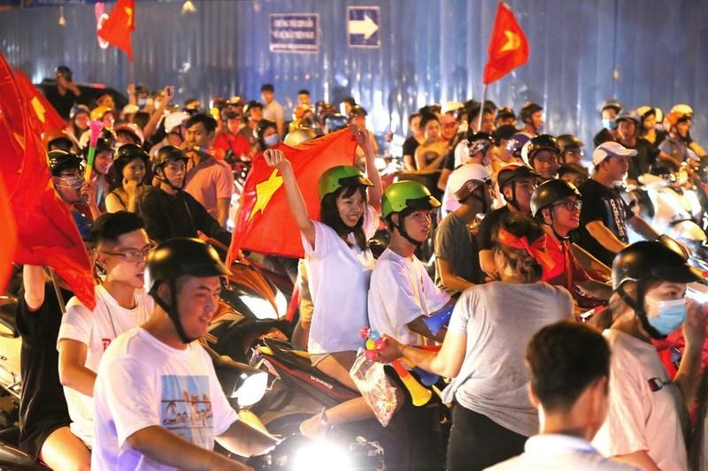 Biển người ăn mừng chiến thắng của Olympic VN - ảnh 8