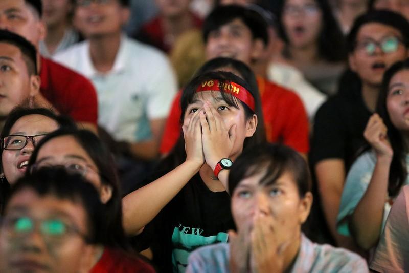 Cổ động viên thót tim xem Olympic Việt Nam làm nên lịch sử - ảnh 10