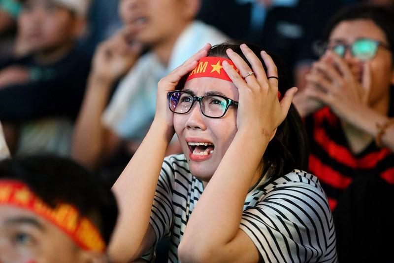 Cổ động viên thót tim xem Olympic Việt Nam làm nên lịch sử - ảnh 11