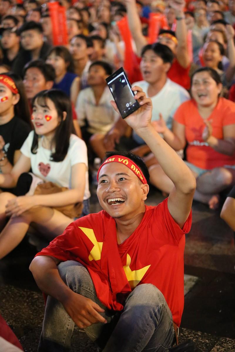 Cổ động viên thót tim xem Olympic Việt Nam làm nên lịch sử - ảnh 14
