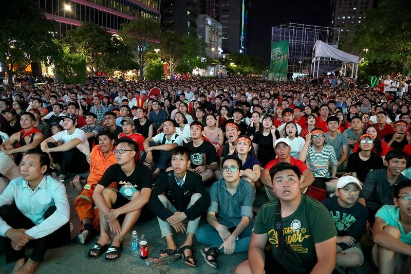 Cổ động viên thót tim xem Olympic Việt Nam làm nên lịch sử - ảnh 2