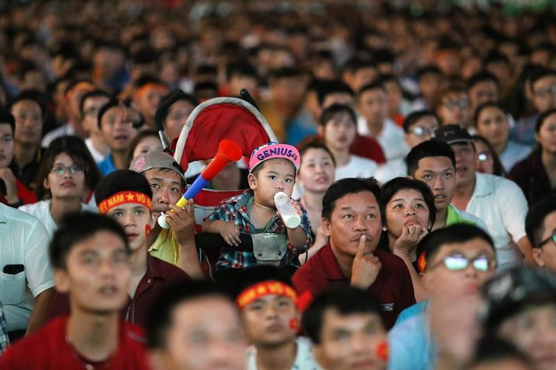 Cổ động viên thót tim xem Olympic Việt Nam làm nên lịch sử - ảnh 4