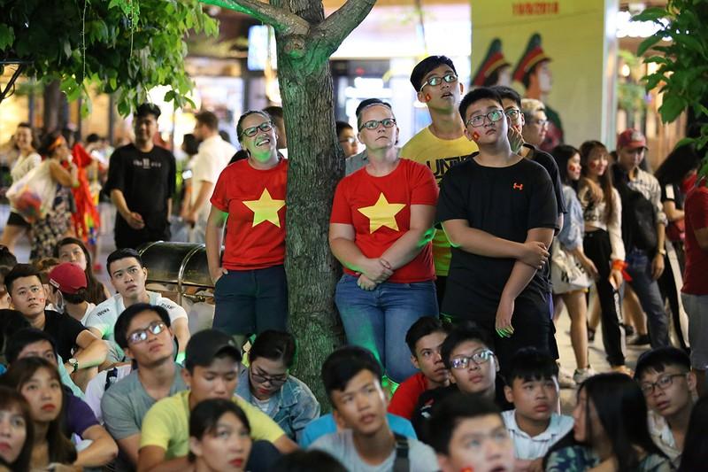 Cổ động viên thót tim xem Olympic Việt Nam làm nên lịch sử - ảnh 6