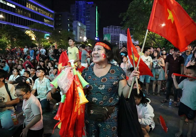 Cổ động viên thót tim xem Olympic Việt Nam làm nên lịch sử - ảnh 7