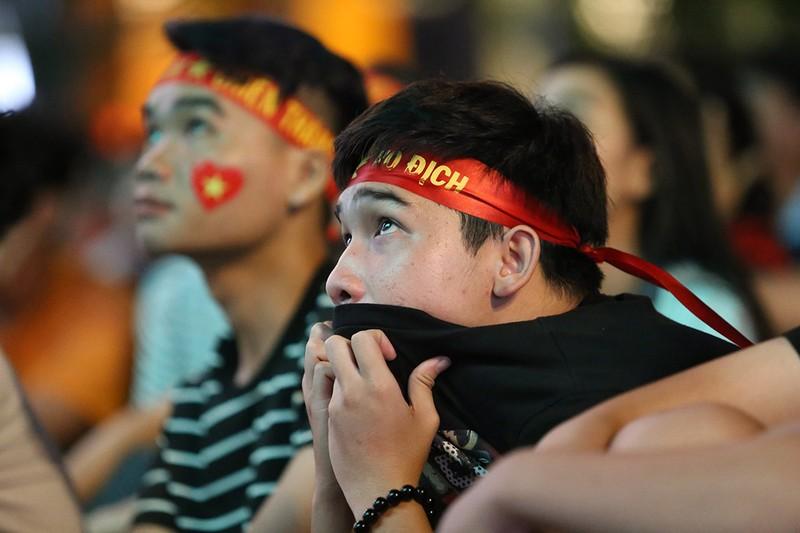 Cổ động viên thót tim xem Olympic Việt Nam làm nên lịch sử - ảnh 9