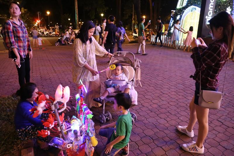 Người Sài Gòn rộn rã xuống phố đón Noel sớm - ảnh 2