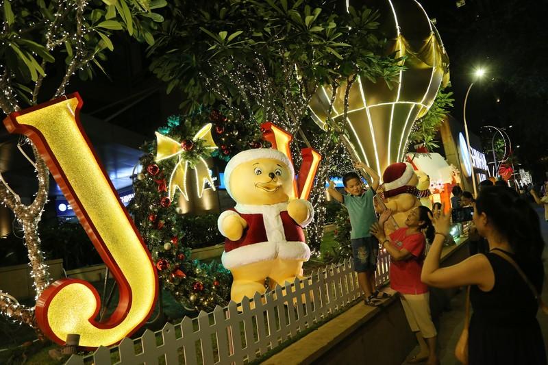 Người Sài Gòn rộn rã xuống phố đón Noel sớm - ảnh 4
