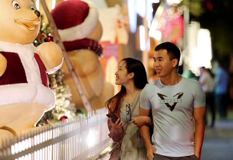 Người Sài Gòn rộn rã xuống phố đón Noel sớm - ảnh 5