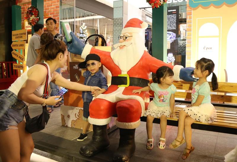 Người Sài Gòn rộn rã xuống phố đón Noel sớm - ảnh 6