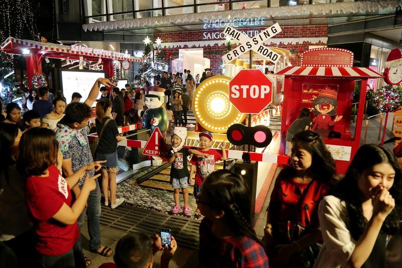 Người Sài Gòn rộn rã xuống phố đón Noel sớm - ảnh 8
