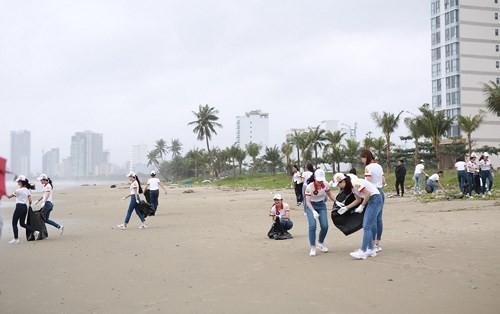 Hoa khôi Sinh viên VN làm sạch bãi biển Đà Nẵng sau mưa lũ - ảnh 4