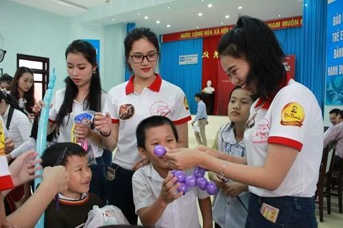 Hoa khôi Sinh viên VN làm sạch bãi biển Đà Nẵng sau mưa lũ - ảnh 8