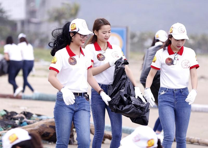 Hoa khôi Sinh viên VN làm sạch bãi biển Đà Nẵng sau mưa lũ - ảnh 1