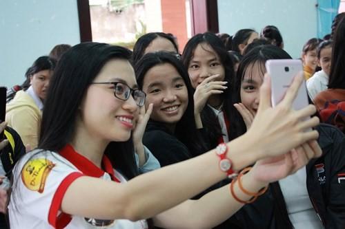 Hoa khôi Sinh viên VN làm sạch bãi biển Đà Nẵng sau mưa lũ - ảnh 2