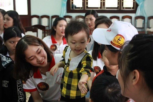 Hoa khôi Sinh viên VN làm sạch bãi biển Đà Nẵng sau mưa lũ - ảnh 7
