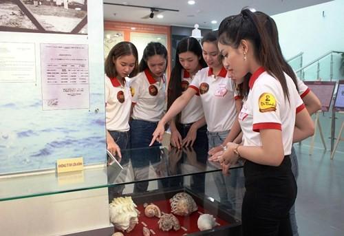 Hoa khôi Sinh viên VN làm sạch bãi biển Đà Nẵng sau mưa lũ - ảnh 6