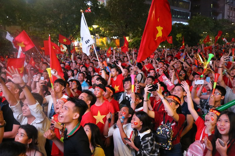 Biển người hâm mộ ăn mừng chiến thắng của đội tuyển VN - ảnh 10