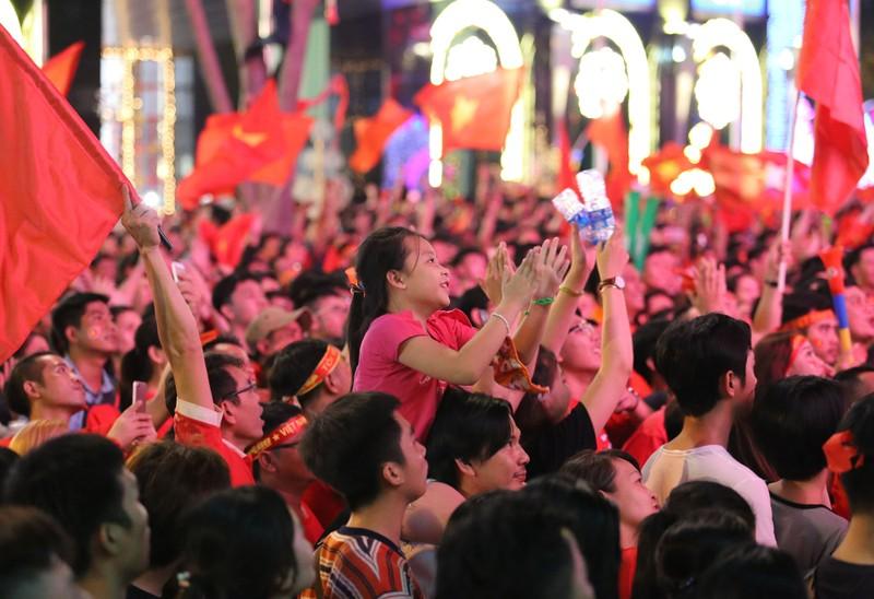 Biển người hâm mộ ăn mừng chiến thắng của đội tuyển VN - ảnh 13