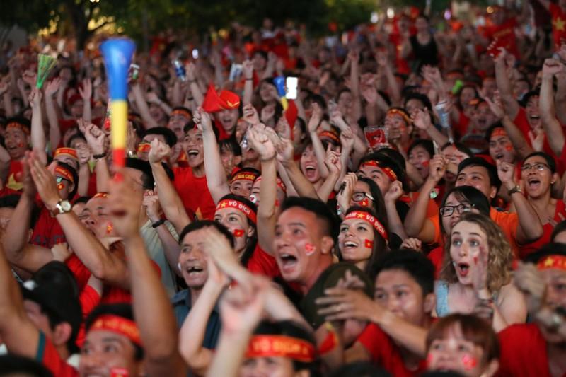 Biển người hâm mộ ăn mừng chiến thắng của đội tuyển VN - ảnh 1