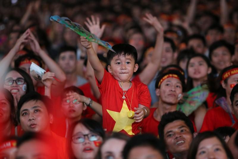 Biển người hâm mộ ăn mừng chiến thắng của đội tuyển VN - ảnh 2