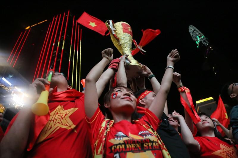 Biển người hâm mộ ăn mừng chiến thắng của đội tuyển VN - ảnh 5
