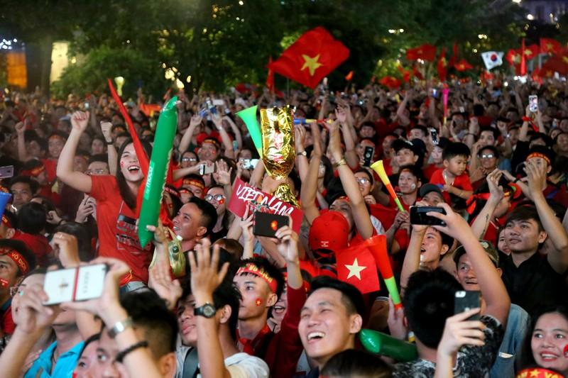 Biển người hâm mộ ăn mừng chiến thắng của đội tuyển VN - ảnh 6