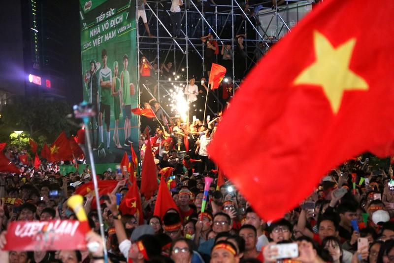 Biển người hâm mộ ăn mừng chiến thắng của đội tuyển VN - ảnh 7
