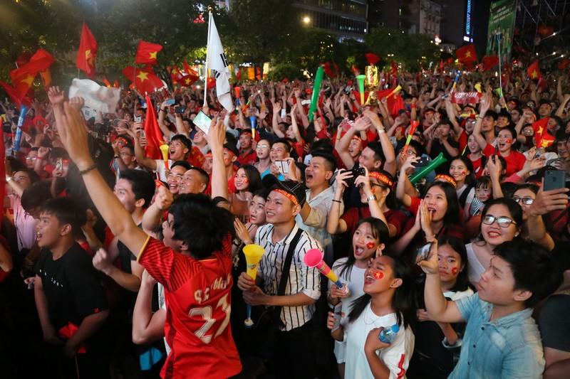 Biển người hâm mộ ăn mừng chiến thắng của đội tuyển VN - ảnh 9
