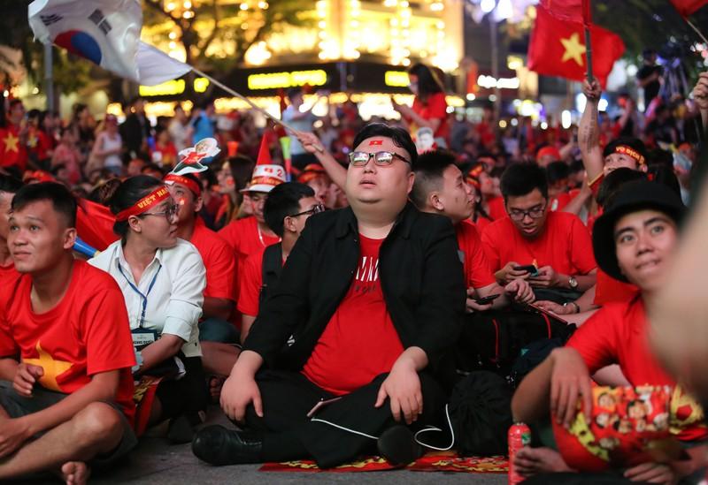 'Bản sao Kim Jong Un' xuất hiện ở phố đi bộ cổ vũ đội tuyển VN - ảnh 10