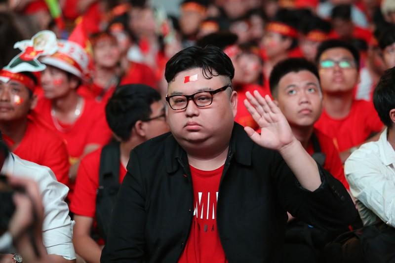 'Bản sao Kim Jong Un' xuất hiện ở phố đi bộ cổ vũ đội tuyển VN - ảnh 11