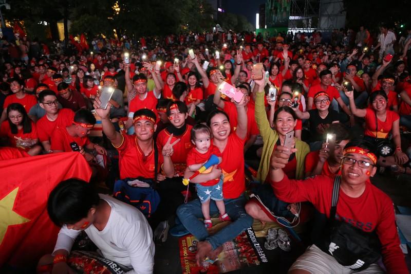 'Bản sao Kim Jong Un' xuất hiện ở phố đi bộ cổ vũ đội tuyển VN - ảnh 15