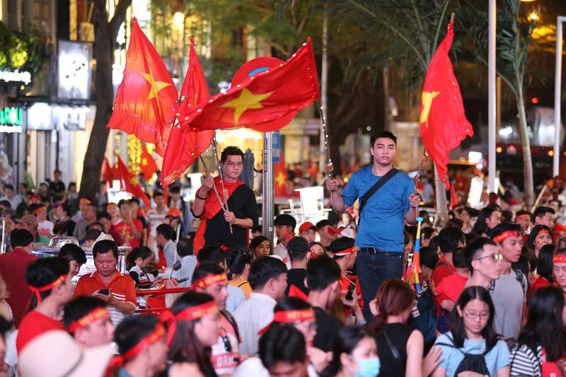 'Bản sao Kim Jong Un' xuất hiện ở phố đi bộ cổ vũ đội tuyển VN - ảnh 16