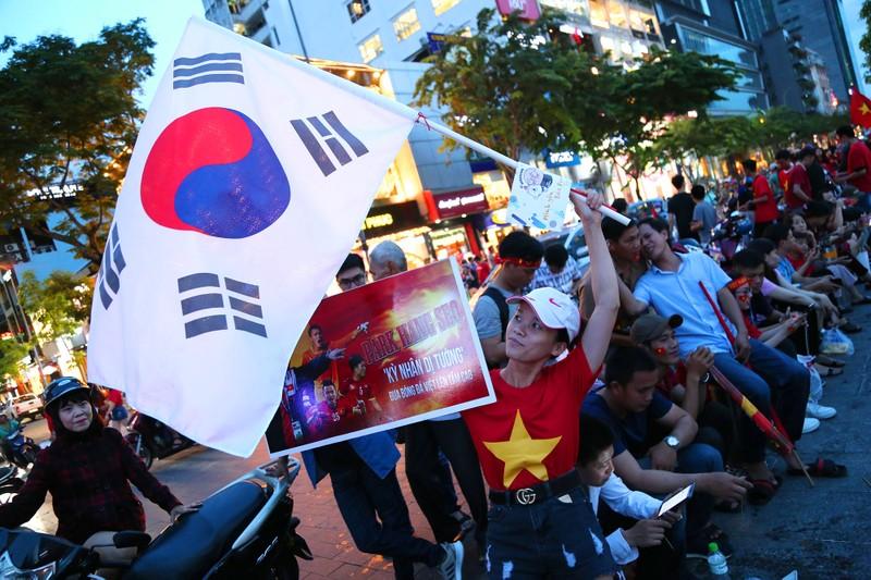 'Bản sao Kim Jong Un' xuất hiện ở phố đi bộ cổ vũ đội tuyển VN - ảnh 2