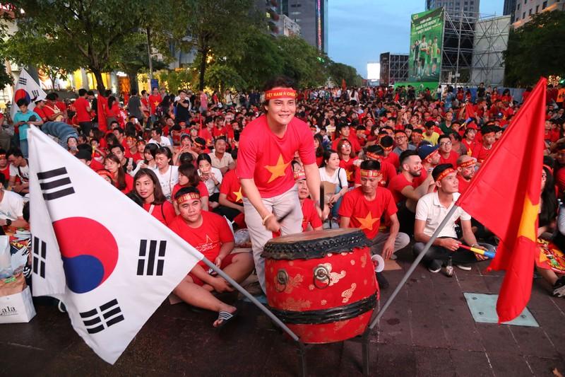 'Bản sao Kim Jong Un' xuất hiện ở phố đi bộ cổ vũ đội tuyển VN - ảnh 3