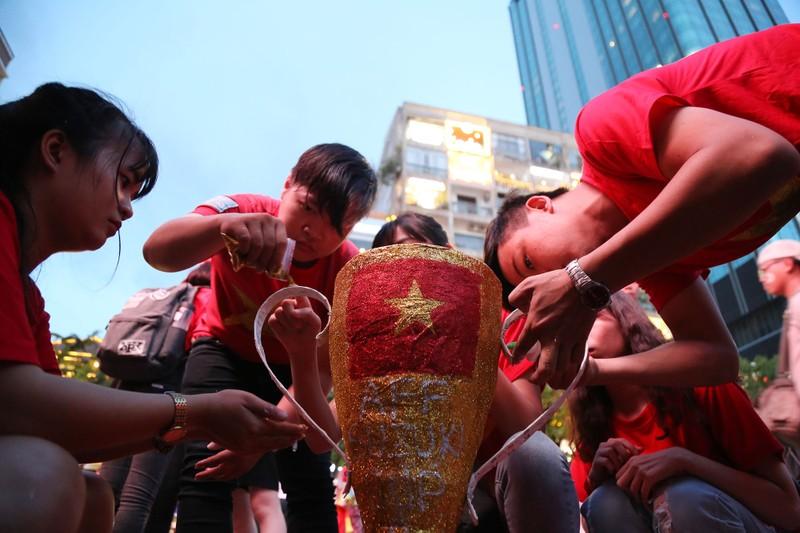 'Bản sao Kim Jong Un' xuất hiện ở phố đi bộ cổ vũ đội tuyển VN - ảnh 4