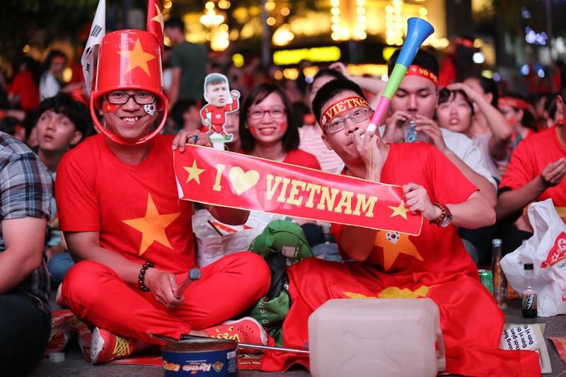 'Bản sao Kim Jong Un' xuất hiện ở phố đi bộ cổ vũ đội tuyển VN - ảnh 9