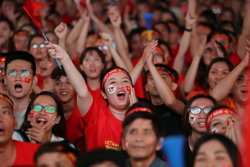 Bóng hồng cháy hết mình cổ vũ tuyển VN trên phố Nguyễn Huệ - ảnh 10