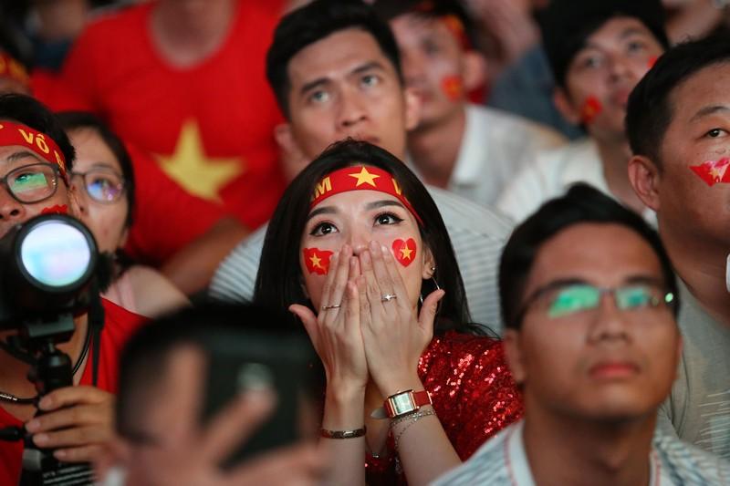 Bóng hồng cháy hết mình cổ vũ tuyển VN trên phố Nguyễn Huệ - ảnh 11