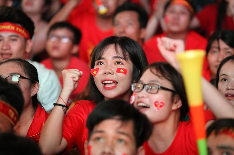 Bóng hồng cháy hết mình cổ vũ tuyển VN trên phố Nguyễn Huệ - ảnh 12
