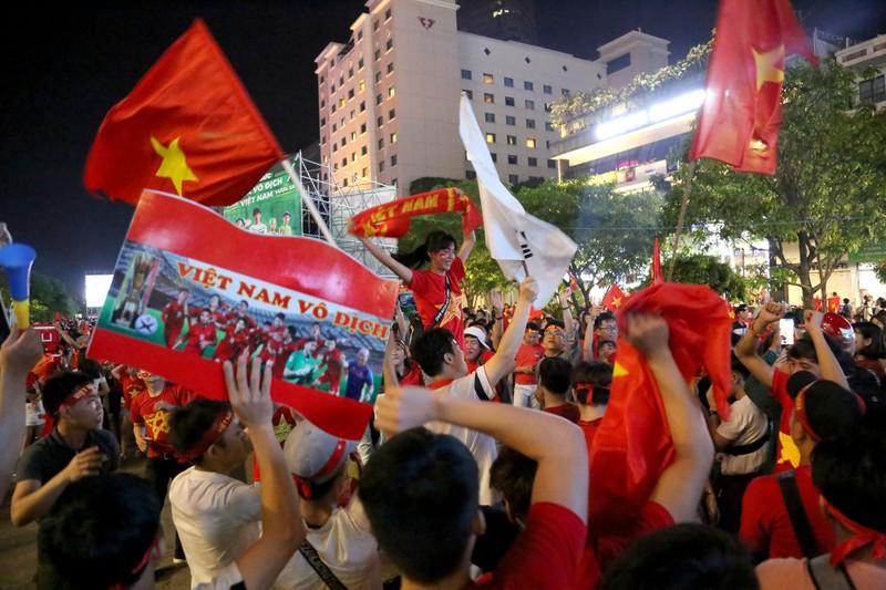 Bóng hồng cháy hết mình cổ vũ tuyển VN trên phố Nguyễn Huệ - ảnh 13