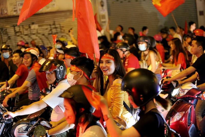 Bóng hồng cháy hết mình cổ vũ tuyển VN trên phố Nguyễn Huệ - ảnh 14