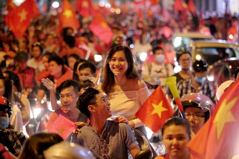 Bóng hồng cháy hết mình cổ vũ tuyển VN trên phố Nguyễn Huệ - ảnh 15
