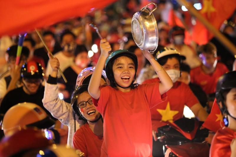 Bóng hồng cháy hết mình cổ vũ tuyển VN trên phố Nguyễn Huệ - ảnh 16