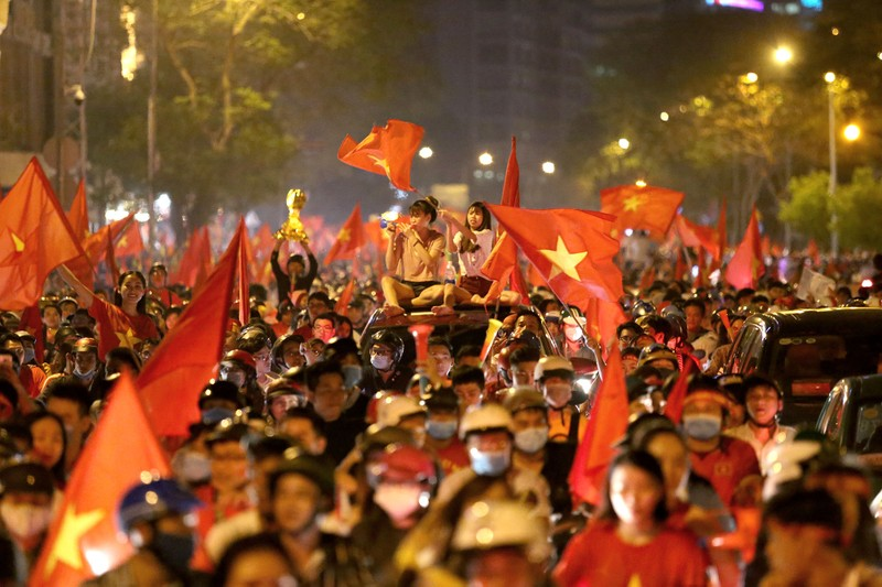 Bóng hồng cháy hết mình cổ vũ tuyển VN trên phố Nguyễn Huệ - ảnh 17