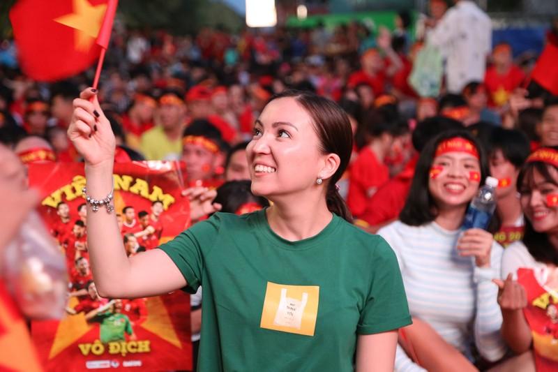 Bóng hồng cháy hết mình cổ vũ tuyển VN trên phố Nguyễn Huệ - ảnh 2
